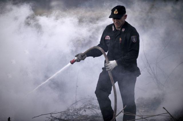 Μαίνεται η πυρκαγιά στις Λογγιές Τρικάλων | tanea.gr