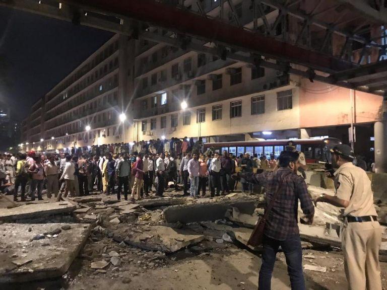 Μουμπάι: Πέντε νεκροί και δεκάδες τραυματίες από κατάρρευση πεζογέφυρας | tanea.gr