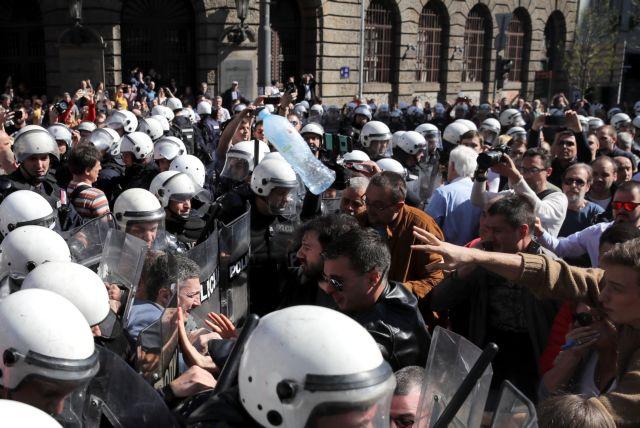 Σερβία: Διαδηλωτές έχουν αποκλείσει τον Βούτσιτς μέσα στο προεδρικό μέγαρο | tanea.gr