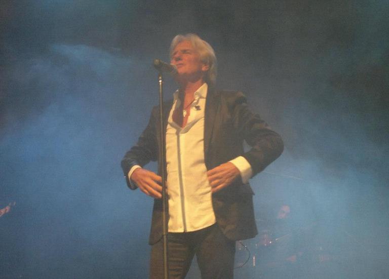 Τραγουδιστής έπεσε από τη σκηνή κατά τη διάρκεια συναυλίας   tanea.gr