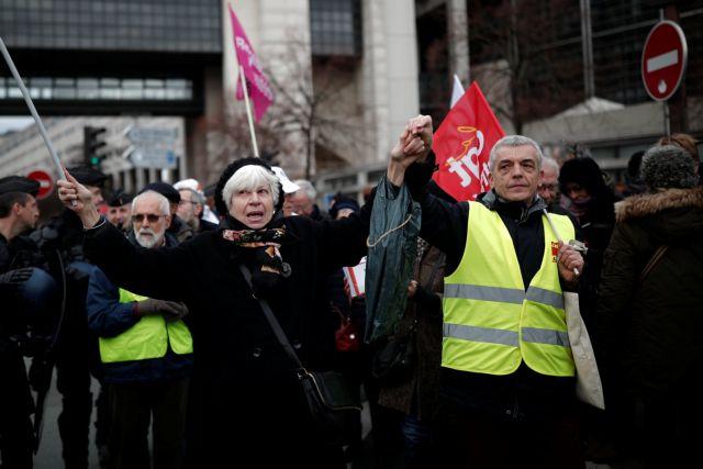 Παρίσι: Στους δρόμους βγαίνουν και πάλι τα Κίτρινα Γιλέκα | tanea.gr
