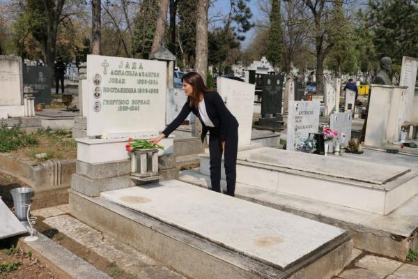 Καρέ καρέ η επίσκεψη Μπαζιάνα στον τάφο του Ζορμπά   tanea.gr