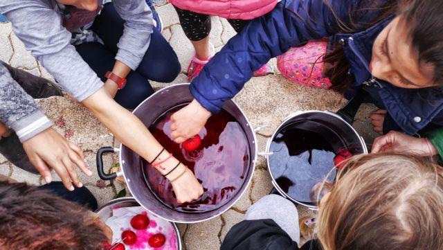 Πώς θα βάψεις αβγά με τα παιδιά σου | tanea.gr