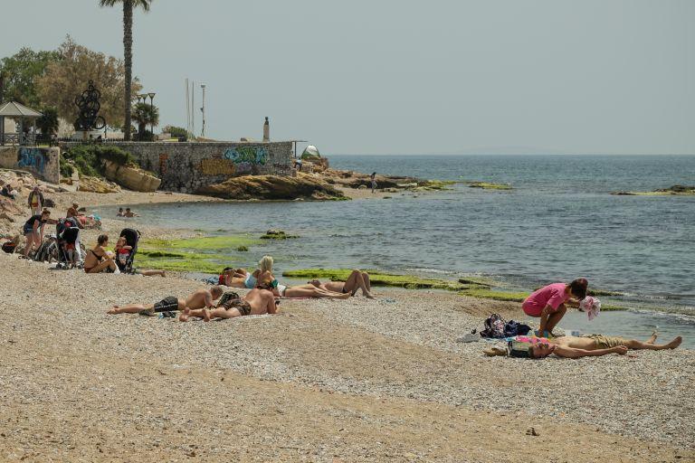 Αρχισαν τα μπάνια όσοι έμειναν στην Αθήνα | tanea.gr