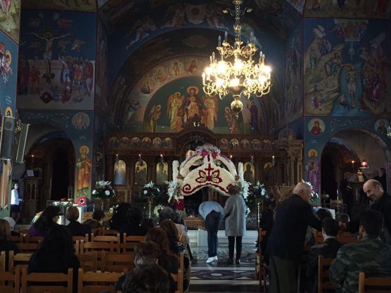 Ρίγη συγκίνησης: Ο Επιτάφιος στο Μάτι και οι κάτοικοι που ελπίζουν για τη δική τους «Ανάσταση» [Εικόνες] | tanea.gr