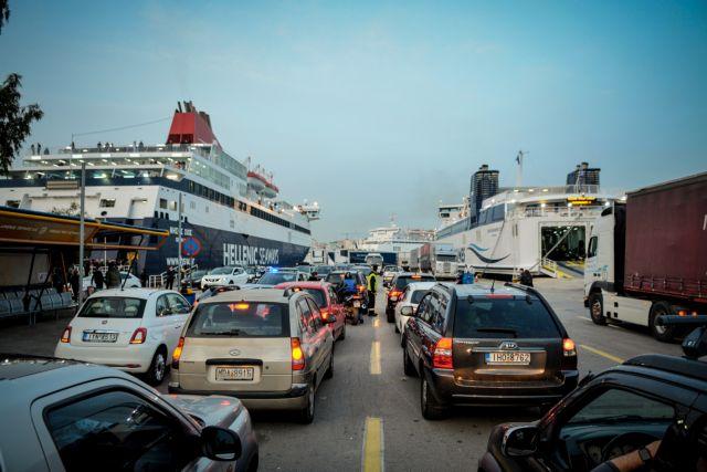 Ξεκίνησε η έξοδος των εκδρομέων - Χαμός σε ΚΤΕΛ, λιμάνια και τρένα | tanea.gr