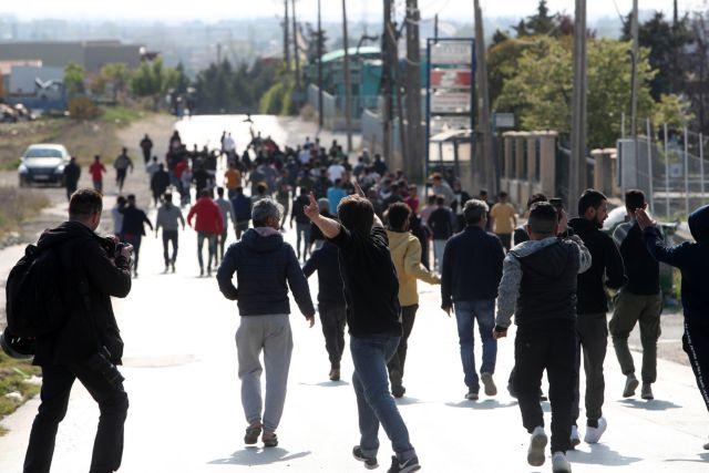 Τεταμένο κλίμα στα Διαβατά: Επεισόδια με πρόσφυγες, δακρυγόνα και χημικά | tanea.gr