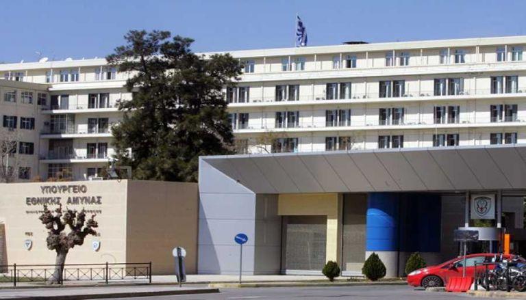 Κουκουλοφόροι επιχείρησαν να εισβάλουν στο ΥΠΕΘΑ   tanea.gr