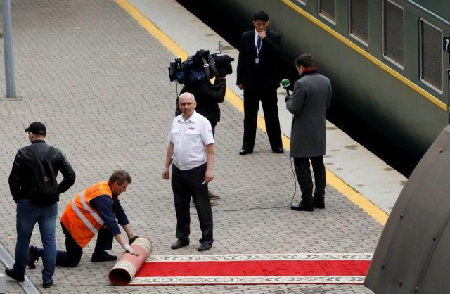 Άφιξη – παρωδία για τον Κιμ: Το τρένο έκανε όπισθεν | tanea.gr