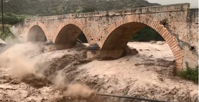 Κρήτη: Η κακοκαιρία απειλεί γέφυρα 100 ετών | tanea.gr