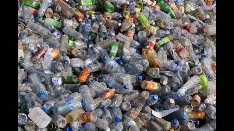 Τέλος όλα τα πλαστικά προϊόντα σε δύο χρόνια - Δείτε τη λίστα των «απαγορευμένων» | tanea.gr