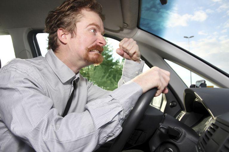 Πως πρέπει να αντιδρούμε όταν μας προκαλεί σε ...τσακωμό ένας επιθετικός οδηγός | tanea.gr
