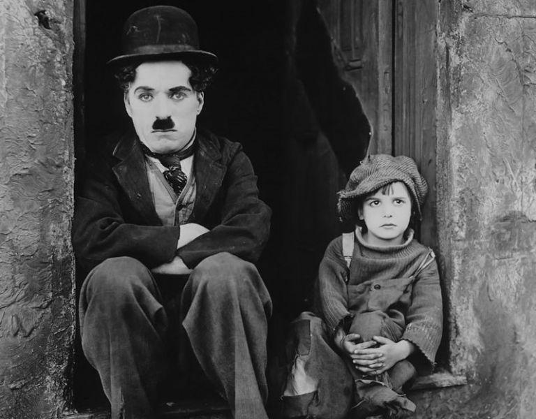 Τσάρλι Τσάπλιν: Το έργο, η ζωή του και η θλιμμένη του ματιά | tanea.gr