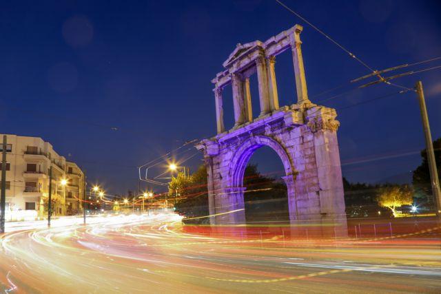 Η Αψίδα του Ανδριανού έγινε μπλε για την Παγκόσμια Ημέρα Αυτισμού | tanea.gr
