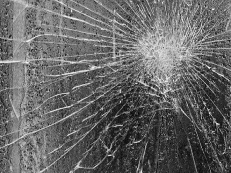 Αναρχικοί έσπασαν με σφυριά κρεοπωλείο στα Εξάρχεια | tanea.gr