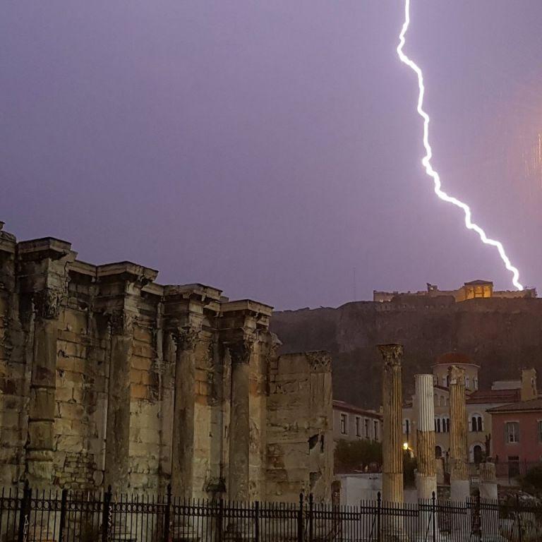 Κεραυνός χτύπησε την Ακρόπολη – Τέσσερις τραυματίες | tanea.gr