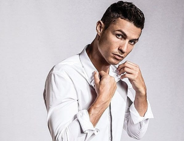Ο Ρονάλντο ποζάρει ημίγυμνος και ρίχνει το Instagram | tanea.gr
