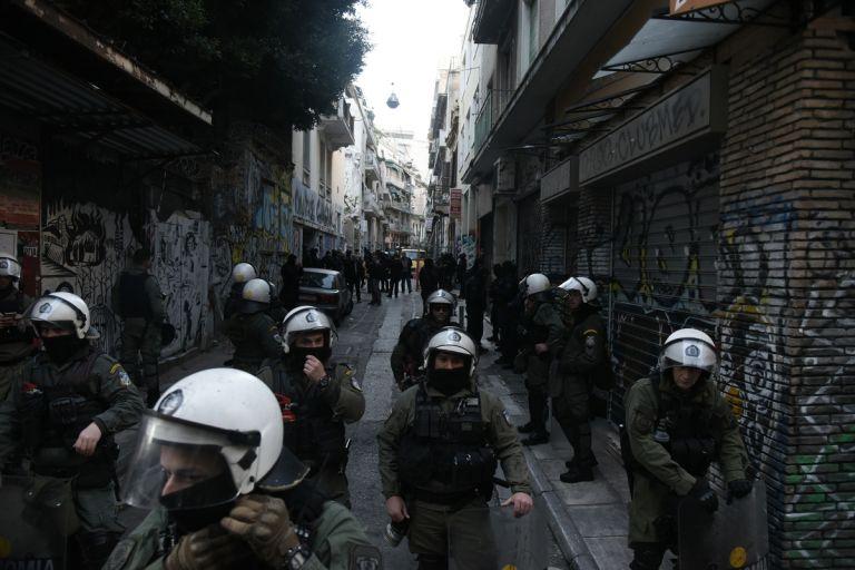 Στην κατάληψη των Εξαρχείων η γυναίκα που είχε διαφύγει από τους λιμενικούς | tanea.gr