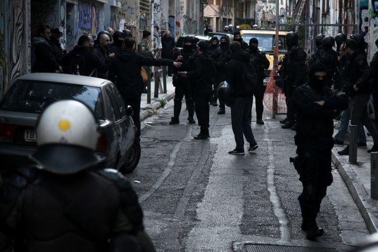 Εξάρχεια: Αναζητούν γιάφκα κουκουλοφόρων με 15-20 όπλα   tanea.gr