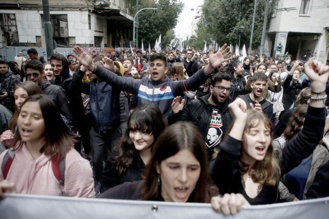 Στο Σύνταγμα εκπαιδευτικοί και μαθητές   tanea.gr