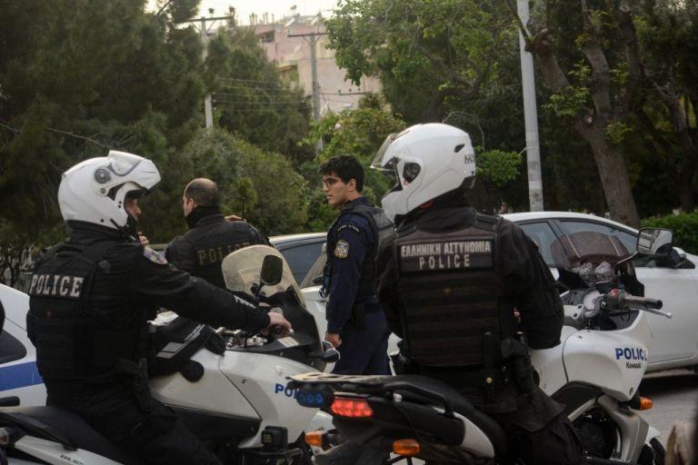 Νύχτα τρόμου στη Νέα Σμύρνη – Άνδρας κρατά όμηρο τον πατέρα του | tanea.gr
