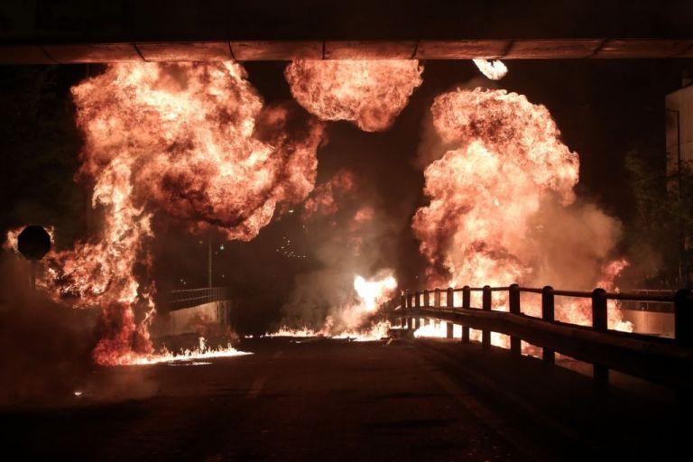 Απίστευτες εικόνες και φέτος στον Νέο Κόσμο: Ανάσταση με μολότοφ εκρήξεις και... φλόγες | tanea.gr