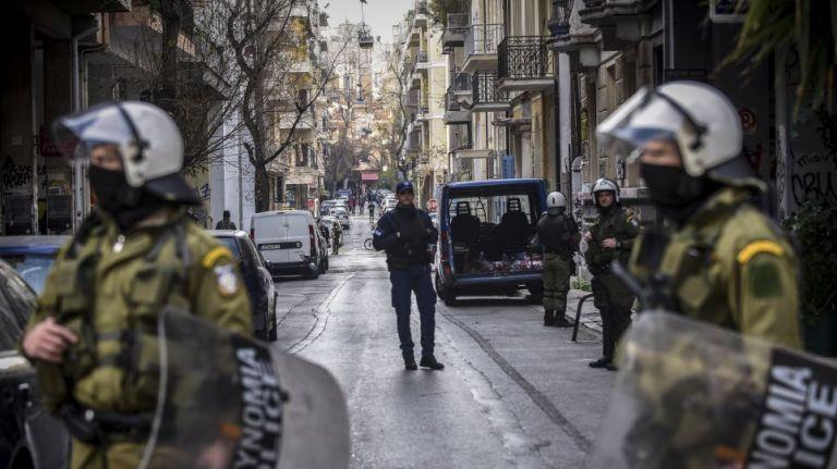 Αιφνιδιασμός από την Αστυνομία: Επιχείρηση σε υπό κατάληψη κτίρια στα Εξάρχεια – Δεκάδες προσαγωγές | tanea.gr