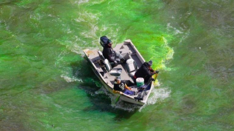 Έβαψαν το ποτάμι του Ουισκόνσιν στα χρώματα των Μπακς! | tanea.gr