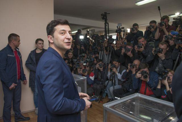 Ουκρανία: Δεύτερος γύρος εκλογών με φαβορί τον κωμικό Ζελένσκι | tanea.gr