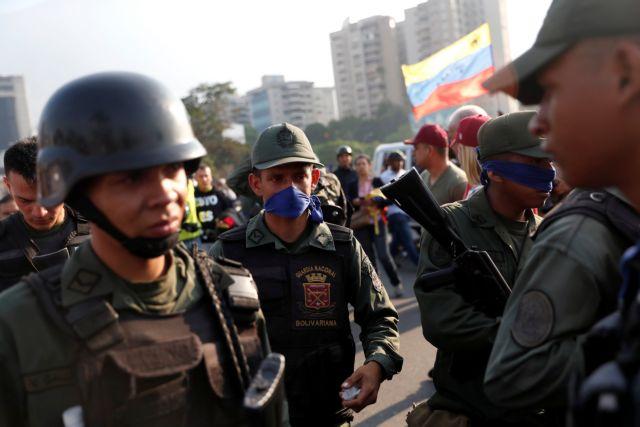 Βενεζουέλα: Κάλεσμα Γκουαϊδό σε στρατιωτική εξέγερση - «Πραξικόπημα» λέει ο Μαδούρο | tanea.gr