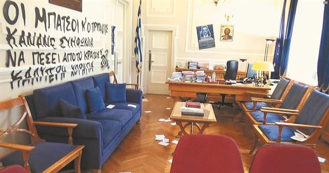 Εισβολή κουκουλοφόρων στο Οικονομικό Πανεπιστήμιο   tanea.gr