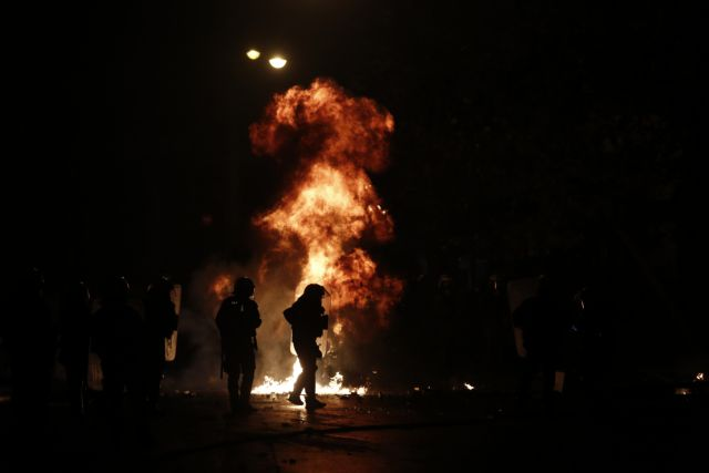 Επιθέσεις αγνώστων σε Εξάρχεια και γραφεία ΣΥΡΙΖΑ   tanea.gr