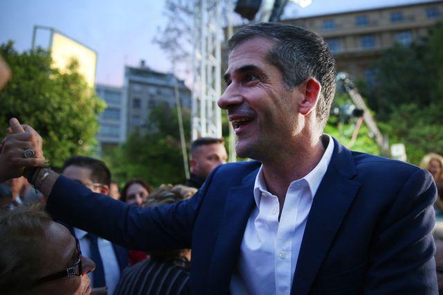 Αντιεξουσιαστές προκάλεσαν με χυδαία συνθήματα τον Κώστα Μπακογιάννη | tanea.gr