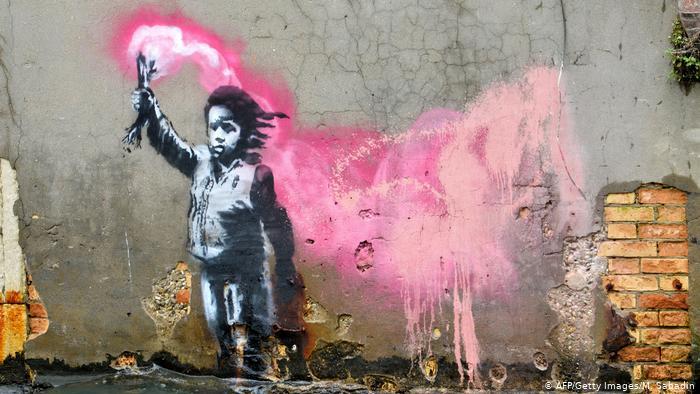 Εργο του Banksy η μικρή προσφυγοπούλα με τη φωτοβολίδα στη Βενετία | tanea.gr