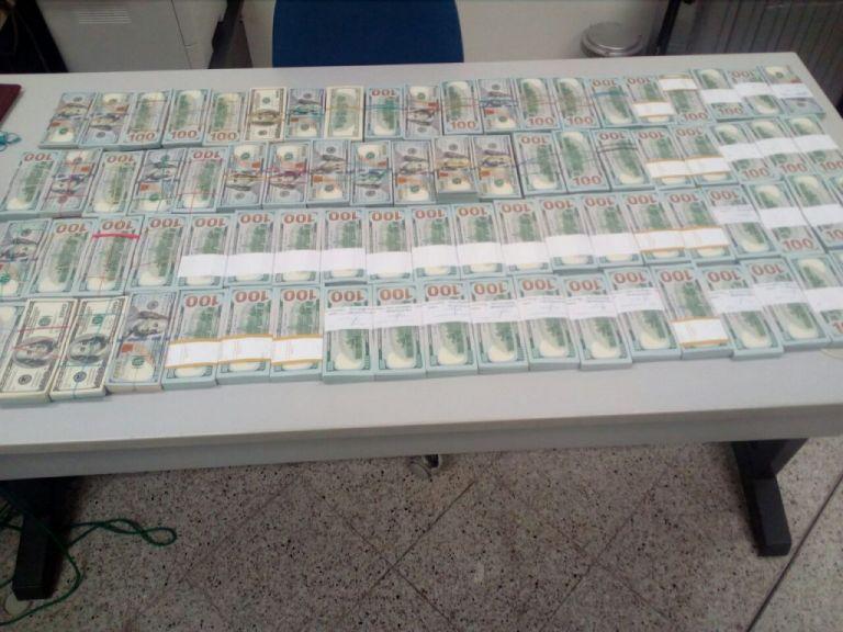 Μετέφερε σε χειραποσκευή 800.000 δολάρια | tanea.gr