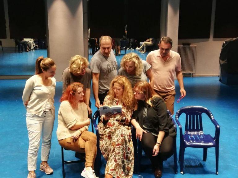 «Για λίγη πουτίγκα»: Μια ανατρεπτική κωμωδία στο θέατρο «Τζένη Καρέζη» | tanea.gr