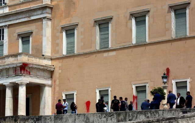 Ο Ρουβίκωνας πίσω από την επίθεση με μπογιές στη Βουλή | tanea.gr