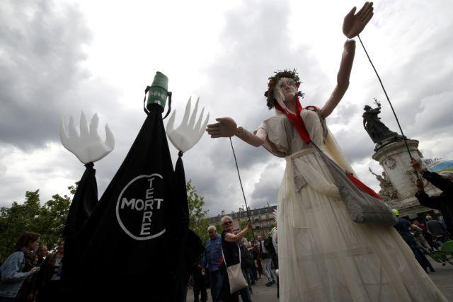 Γαλλία: Ακτιβιστές διαδήλωσαν έξω από την έδρα της Monsanto | tanea.gr