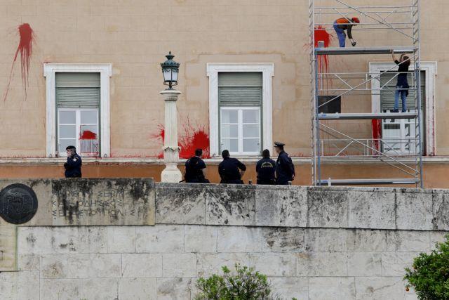 Ποινική δίωξη στον 36χρονο για τις μπογιές και τα καπνογόνα στη Βουλή | tanea.gr