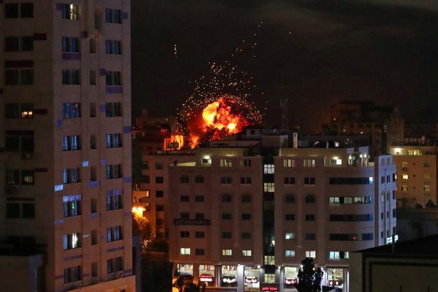 Ολονύκτιο μπαράζ ρουκετών και αεροπορικών επιδρομών στη Γάζα | tanea.gr