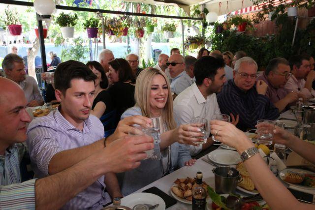 Σε ταβέρνα στην Καισαριανή με δημοσιογράφους η Φώφη Γεννηματά | tanea.gr