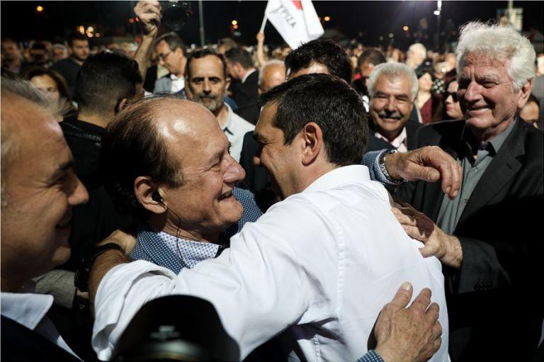 Σάλος στο Twitter με τις αγκαλιές Τσίπρα - Λυμπερόπουλου | tanea.gr