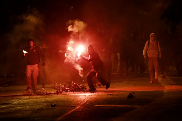 Βόμβες μολότοφ στο Πολυτεχνείο – Κάηκε αυτοκίνητο | tanea.gr