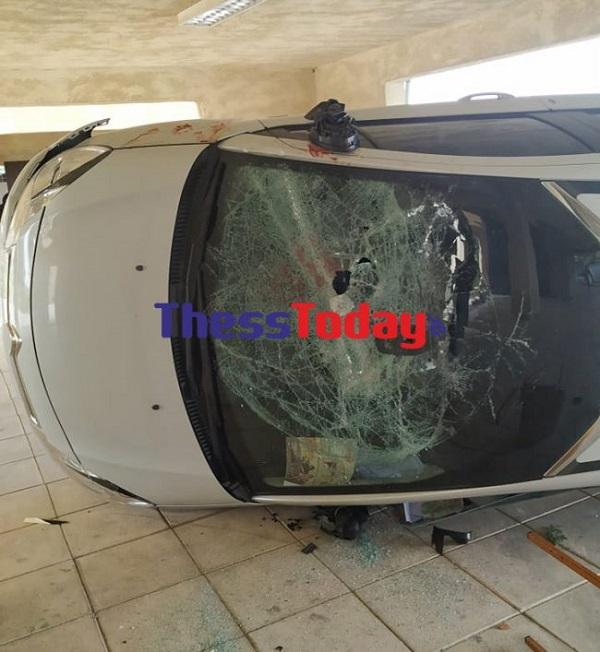 Εύοσμος: Αναποδογύρισαν αυτοκίνητα σε πιλοτή πολυκατοικίας | tanea.gr