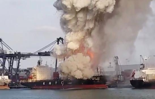 Δεκάδες άτομα στο νοσοκομείο από φωτιά σε πλοίο με χημικά | tanea.gr