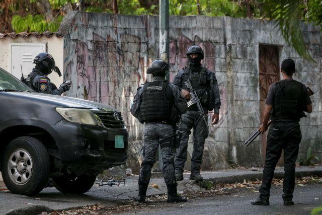 Ουάσινγκτον: Έφοδος της αστυνομίας στην πρεσβεία της Βενεζουέλας | tanea.gr