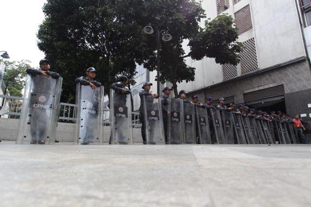 Βενεζουέλα: Οι δυνάμεις ασφαλείας απέκλεισαν την είσοδο του κοινοβουλίου | tanea.gr