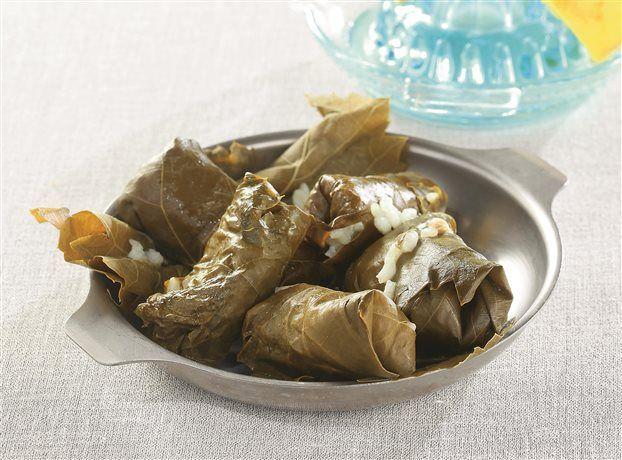 Ντολμαδάκια με ρύζι και θαλασσινά, αρωματισμένα με ούζο   tanea.gr