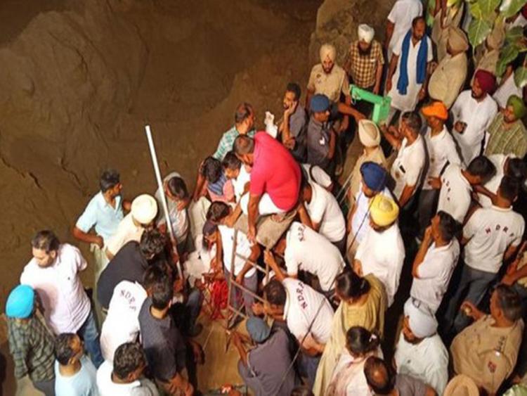 Ινδία: Αγωνία για δίχρονο αγοράκι παγιδευμένο σε πηγάδι 33 μέτρων | tanea.gr