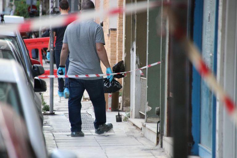 Σοκ στου Γουδή: Πτώμα γυναίκας βρέθηκε μέσα σε κουβέρτα στο πεζοδρόμιο | tanea.gr